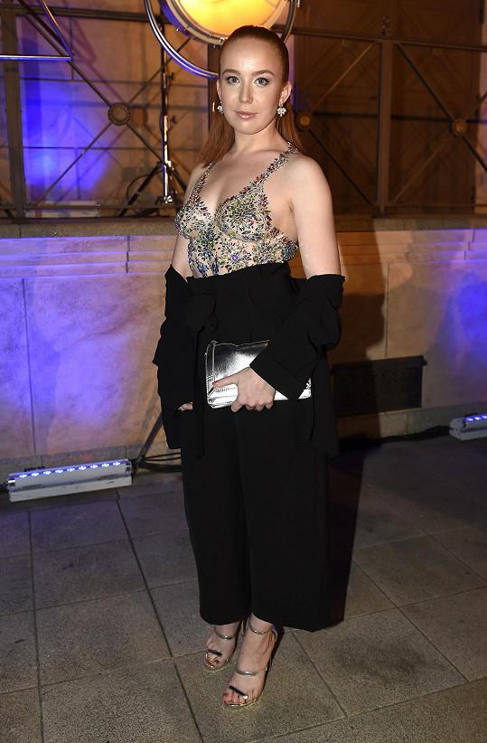 O nejodvážnější look se postarala herečka Alena Doláková, která si nechala vytvořit vrchní díl šatů pomocí nalepených krystalů přímo na kůži.
