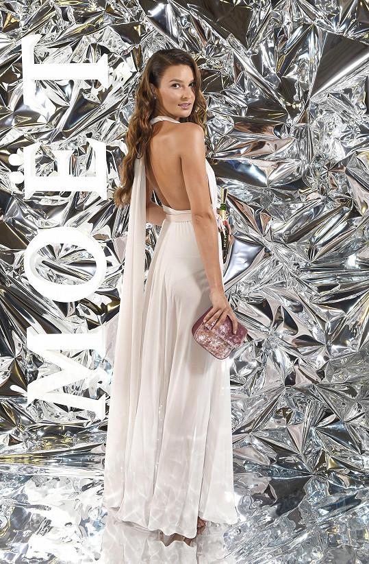 Nikol Švantnerová šaty Sandry Švedové doplnila kabelkou a šperky Tous.