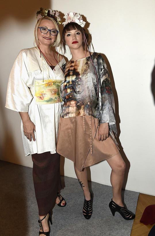 Anna s dcerou Terezou na přehlídce