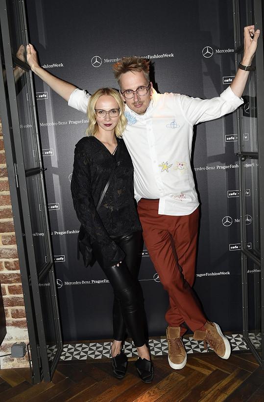 Jana se svým životním partnerem Filipem Žilkou na zahajovacím večírku v Cafe Cafe.