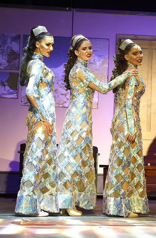 Eliška (vlevo) je součástí skupiny tří dívek, Dreamgirls.