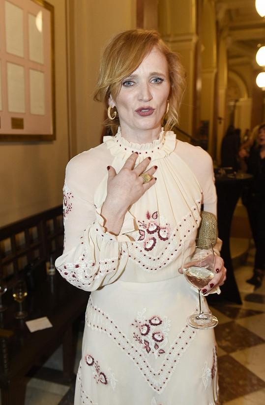 Aňa šaty doplnila šperky Cartier.