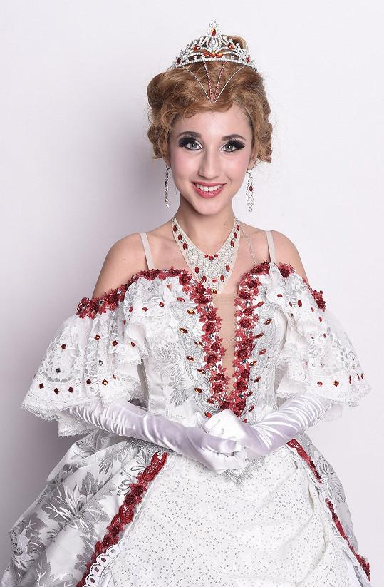 Natálie vypadá v kostýmů, s parukou a líčením o několik let starší.