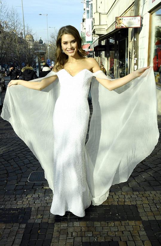 Bílé šaty byly z dílny Poner.