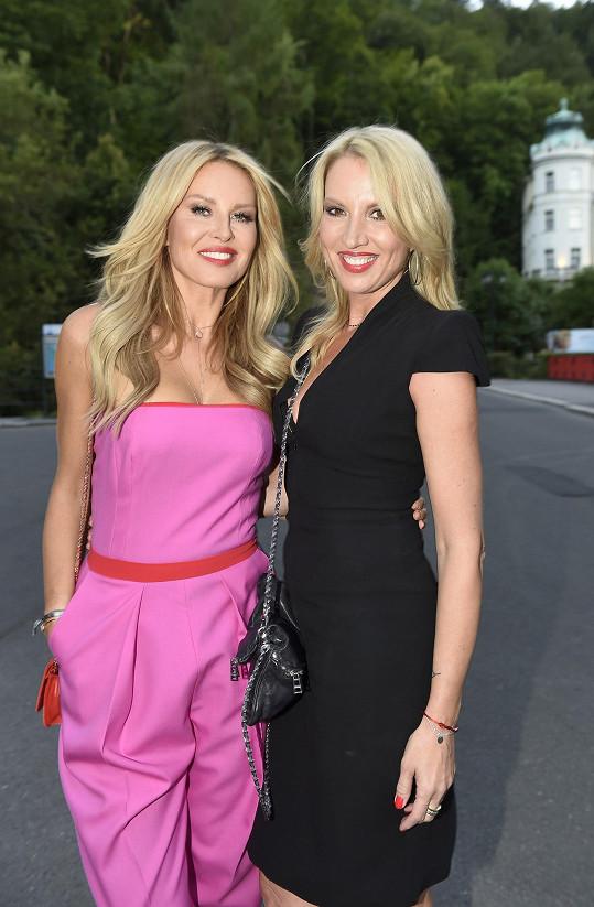 Simona Krainová se sestrou Yvonou vypadají skvěle.