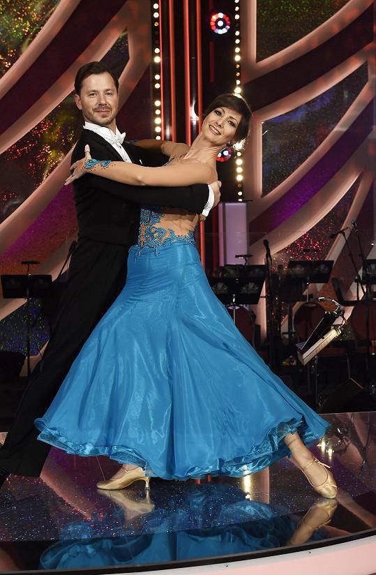 Daniela tančí po boku Michala Padevěta.