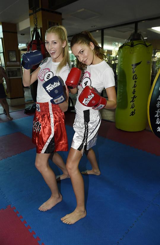 Lucie s kolegyní Andreou Bezděkovou na tréninku thajského boxu.