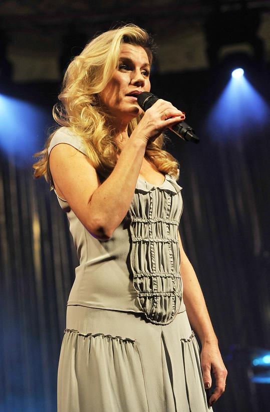 Zpívala také Leona Machálková.