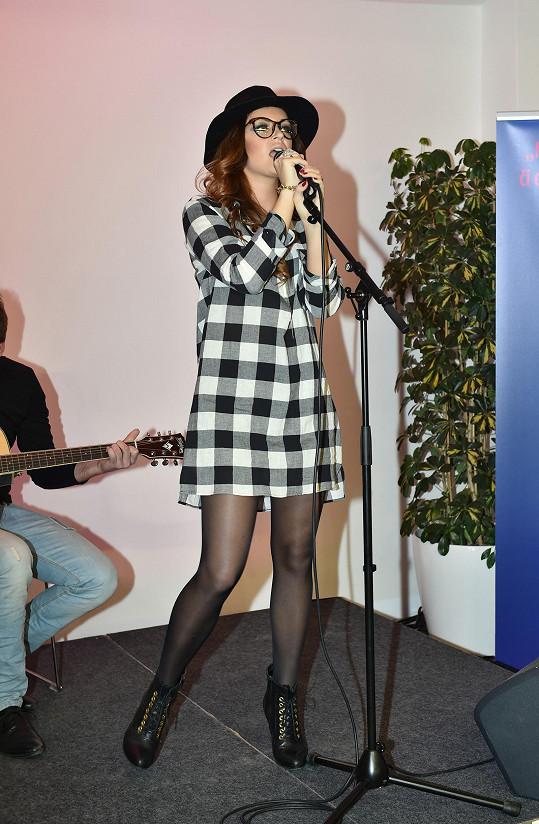 Když se tahle slečna objevila na pódiu, nepoznali jsme ji.