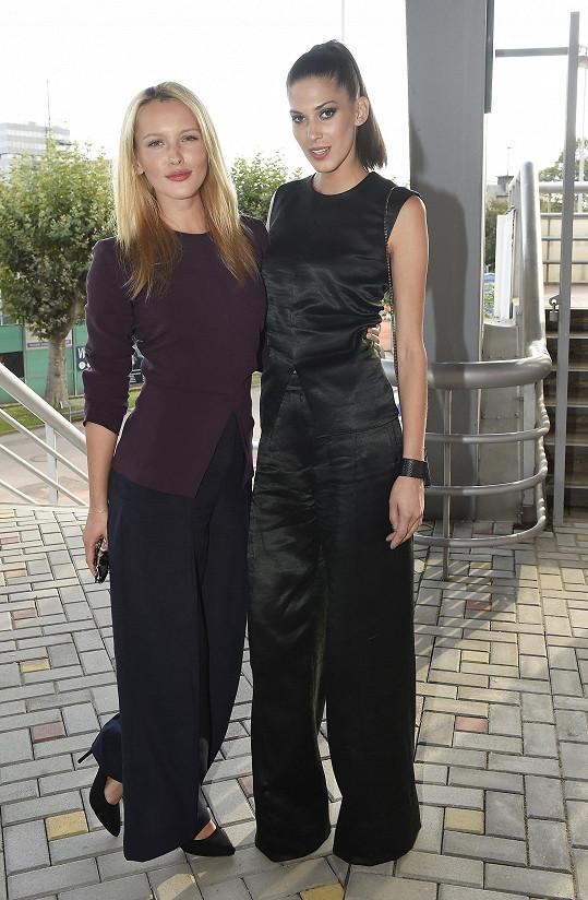 Na pražské Štvanici se Linda potkala s kolegyní Anetou Vignerovou. Obě pojí nejen 'missí' minulost, ale i přátelství s návrhářem Michaelem Kováčikem.