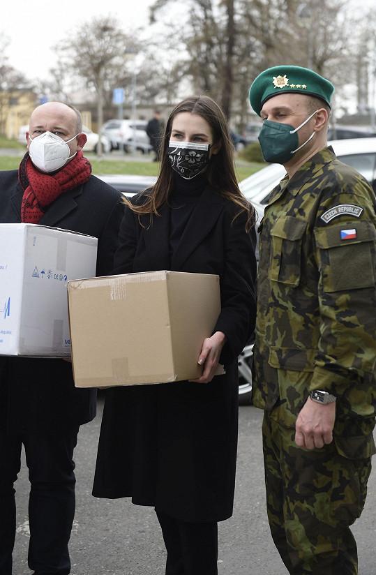 Spolu s ředitelem soutěže Anděl mezi zdravotníky Davidem Novotným předávala nemocnici roušky, dezinfekce nebo doplňky stravy.