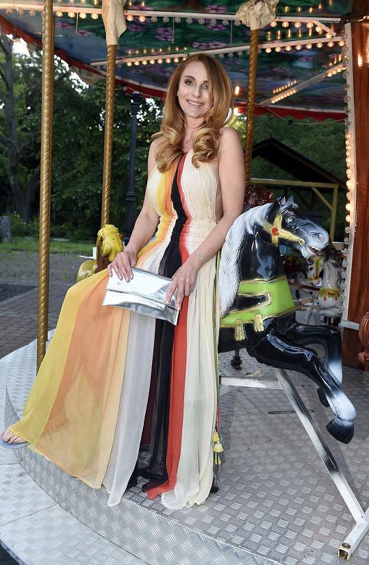 Šaty, které si vzala na přehlídku Debbie Brown, byly dost průsvitné.