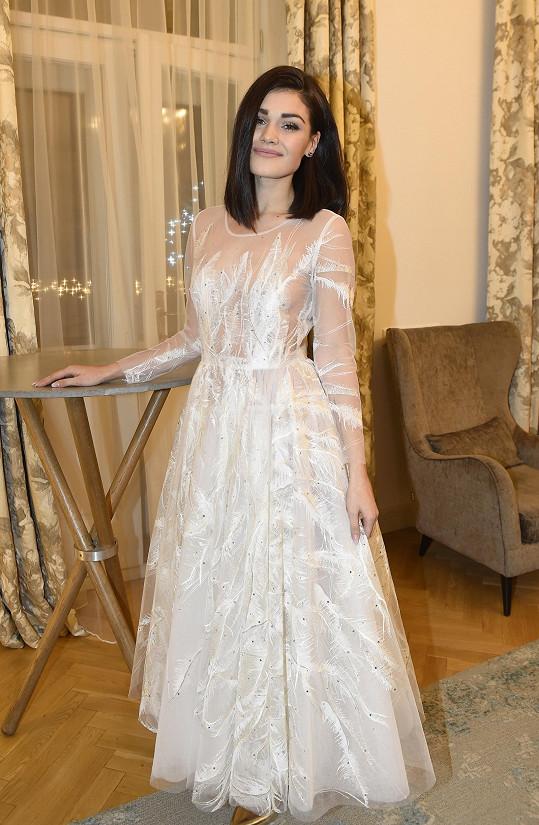 Andrea by se v těchto šatech mohla klidně vdávat.