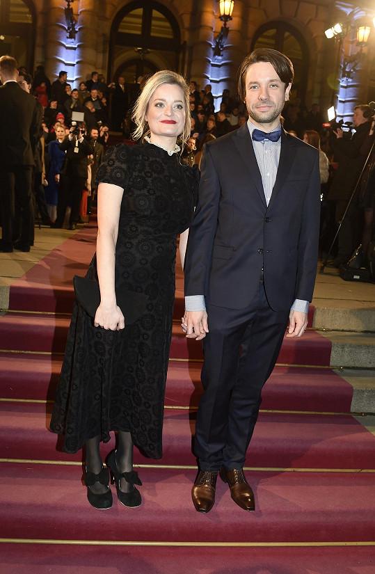 Václav Neužil s manželkou si večer užili i díky tomu, že seriál Svět pod hlavou, v němž Václav hrál, získal Českého lva za nejlepší televizní tvorbu.
