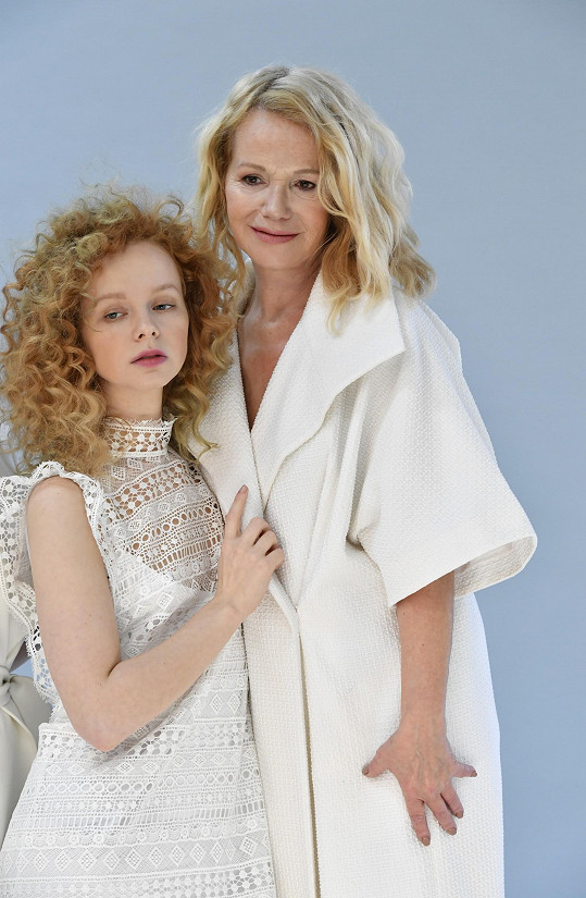 Anna s maminkou Jitkou Asterovou, když ještě měla své vlastní světlé kudrnaté vlasy.