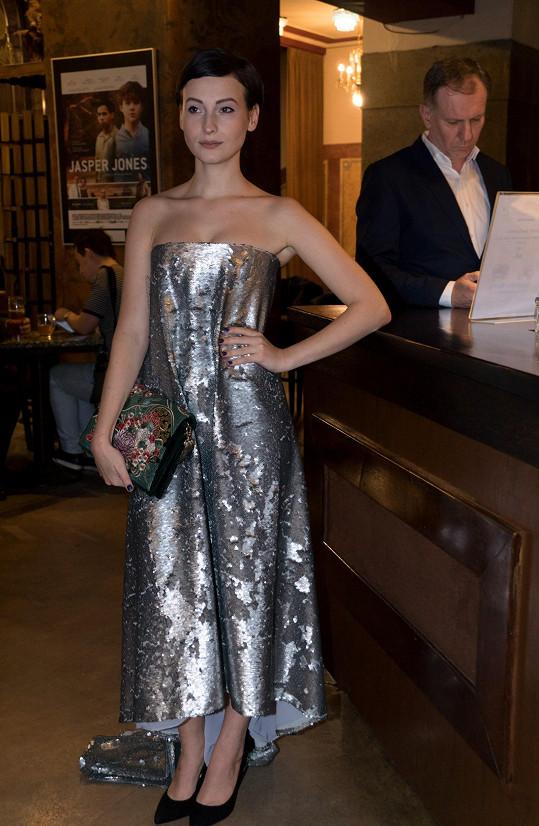 V posledním dílu trilogie hrála hlavní ženskou roli a přední post hájila i na premiéře. Anna Fialová vypadala v áčkových šatech české značky Leeda fantasticky.