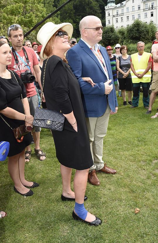 Dagmar Havlovou doprovázel, stejně jako na zahajovací párty karlovarského filmového festivalu, ministr kultury Daniel Herman.