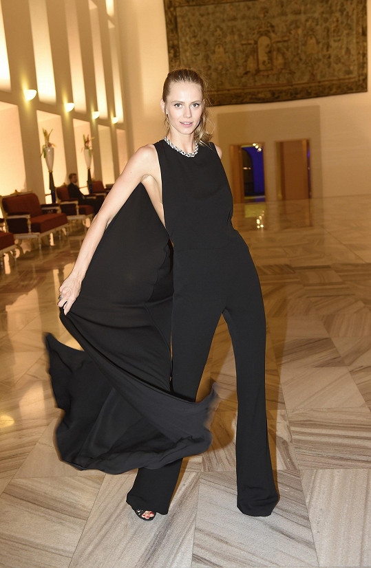 Topmodelka a zpěvačka Alexandra Gachulincová zvolila minimalisticky řešený kalhotový model Tom Ford, a tak se mohla odvázat při výběru šperků Alo Diamonds v hodnotě dvou a půl miliónu korun.