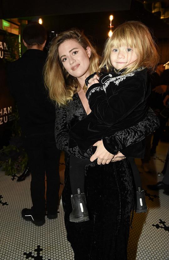 Emma se svou dcerkou Lennon