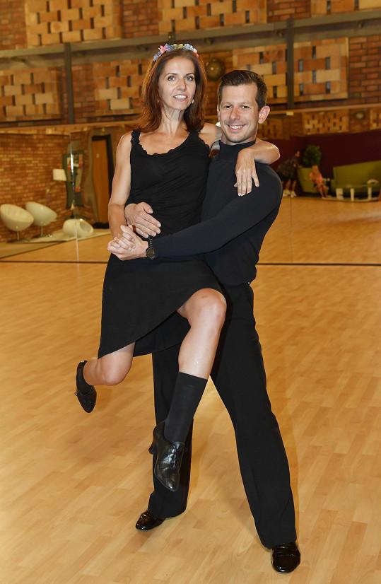 Nora Fridrichová a Jan Kohout na jedné ze zkoušek, jimž věnovali mnohem víc než 168 hodin, jak v narážce na moderátorčin pořad žertovala Tereza Kostková.