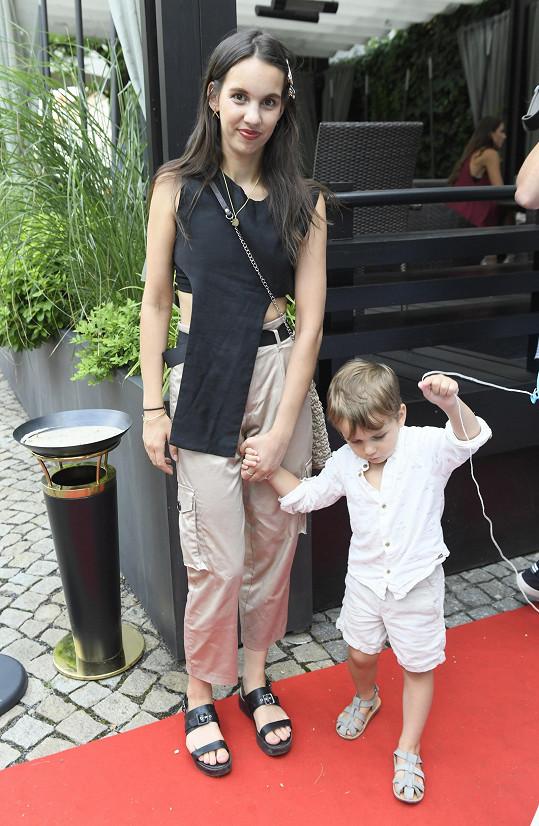 Míša s dětmi nechyběla na představení dětské show Karol a Kvído.