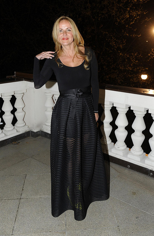 Zvolila model s průsvitnou sukní odhalující dokonalé nohy.