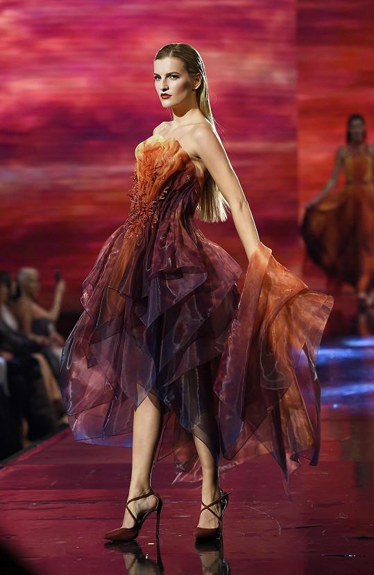 Procházková předvádí model inspirovaný ohnivým elementem.