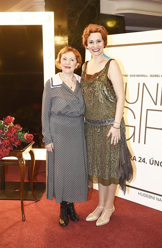 V muzikálu, který má na svém programu pražské divadlo Studio DVA, je maminkou Fanny v podání Moniky Absolonové.