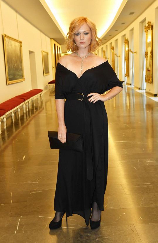 Bývalá účastnice světového finále Elite Model Look z roku 2002 Ester Geislerová se nechala obléknout do černých šatů s širokým véčkovým výstřihem české značky Leeda, odkud pochází i jednoduché kožené psaníčko.