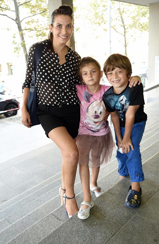 Eva se svými dětmi Michálkem a Zuzankou na oslavě