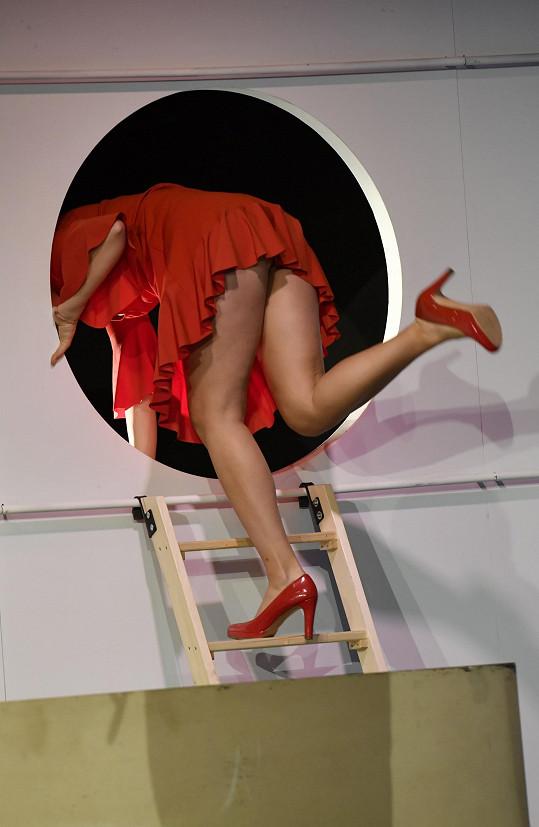 Snoubenka Pechy hraje krásnou Evu a chlubí se sexy nohama.