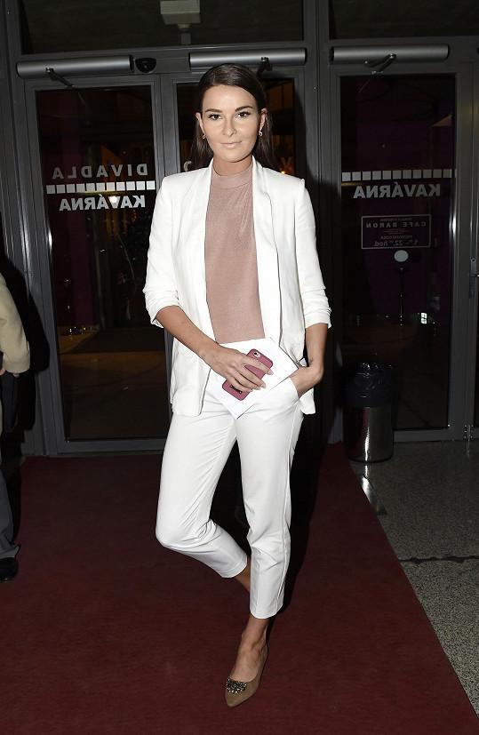 V bílém kostýmku byla i na premiéře muzikálu Sibyla.
