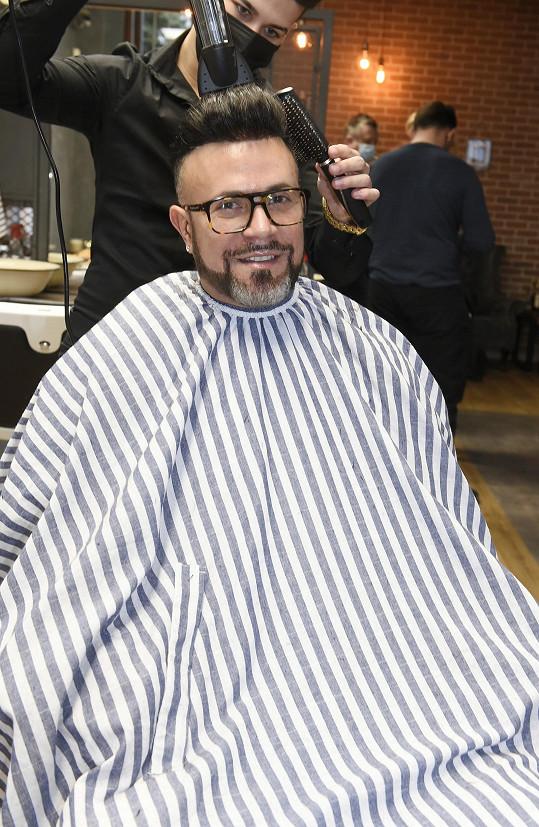 Osmany Laffita si nechává na hlavu lepit vlasy. Vlastní si dává vyholovat.