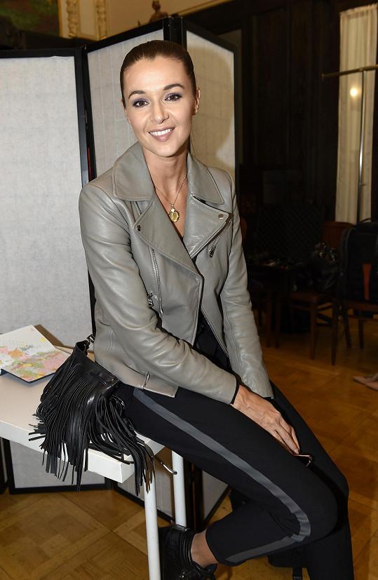 Na fitting pochopitelně dohlížela ambasadorka České Miss Iva Kubelková.