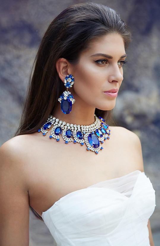 Výrazná kráska s výraznými šperky