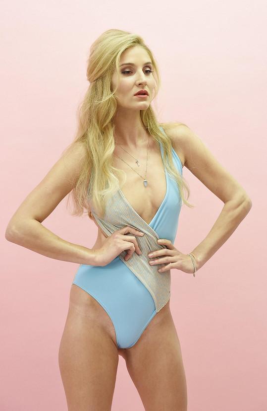 Lucie při focení kolekce plavek, kterou navrhla modelčina maminka v devadesátých letech.