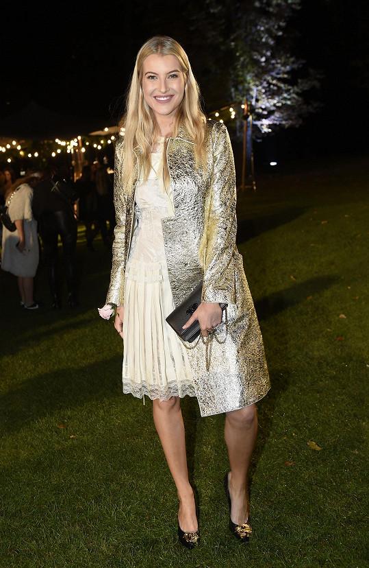 Krajkové šaty se zlatým nádechem z italského módního domu Bottega Veneta doplnila Jitka Nováčková nádherným kabátem stejné značky ze zlatého lamé.