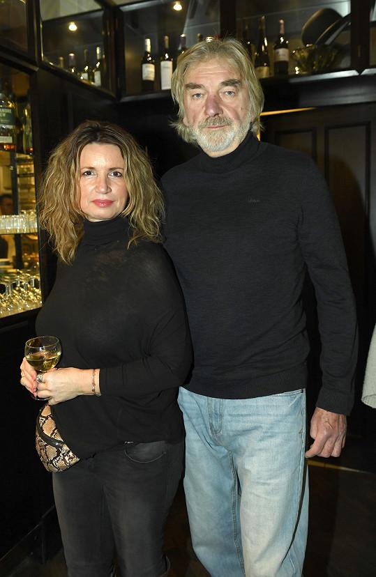 Vladimír Kratina si vyšel do společnosti s manželkou.
