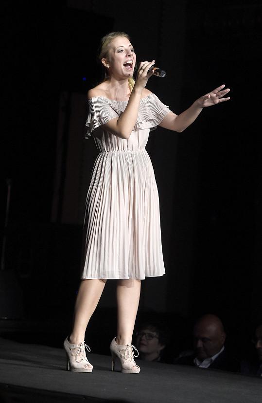 Tam vystupovala na vyhlášení soutěže Batist Nej sestřička.