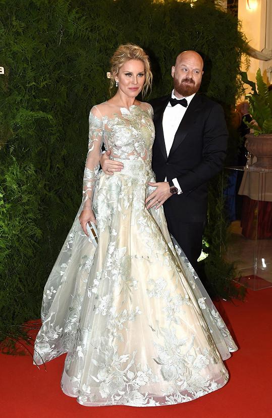 Simona s manželem Karlem. To ještě náušnici měla.