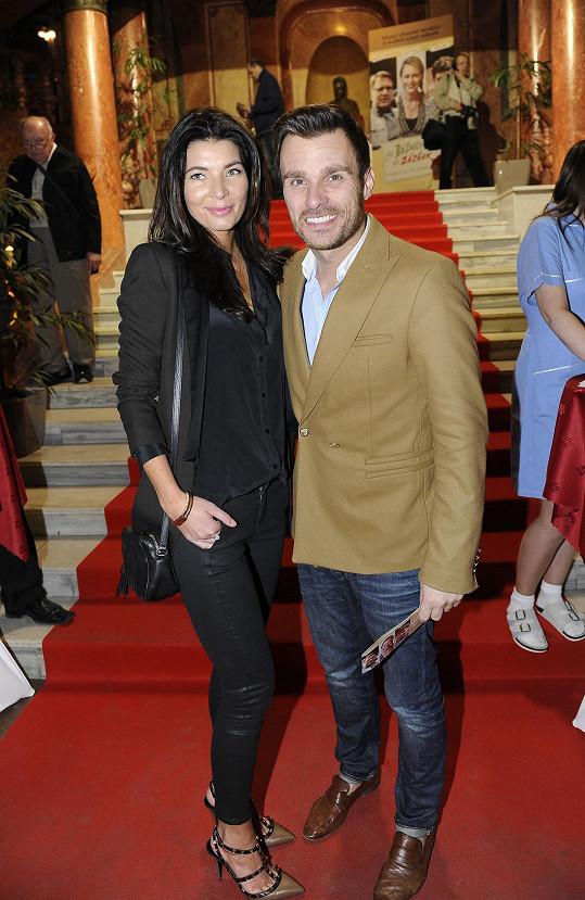 Leoš Mareš (na snímku s přítelkyní Monikou) premiéru uvedl.