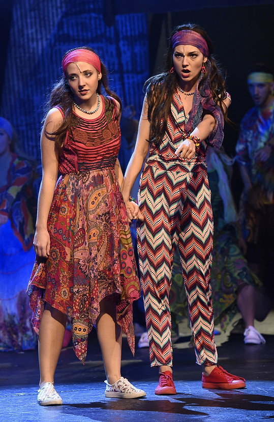 Do divadla přišla podpořit svou dceru Aničku Slováčkovou (vlevo), která v muzikálu hraje.