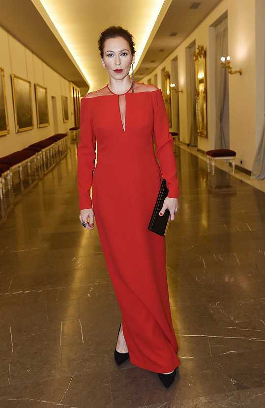 Moderátorka večera Zuzana Stivínová oblékla během večera několikery šaty. Tyto rudé od Toma Forda vynikají panelovým řešením.
