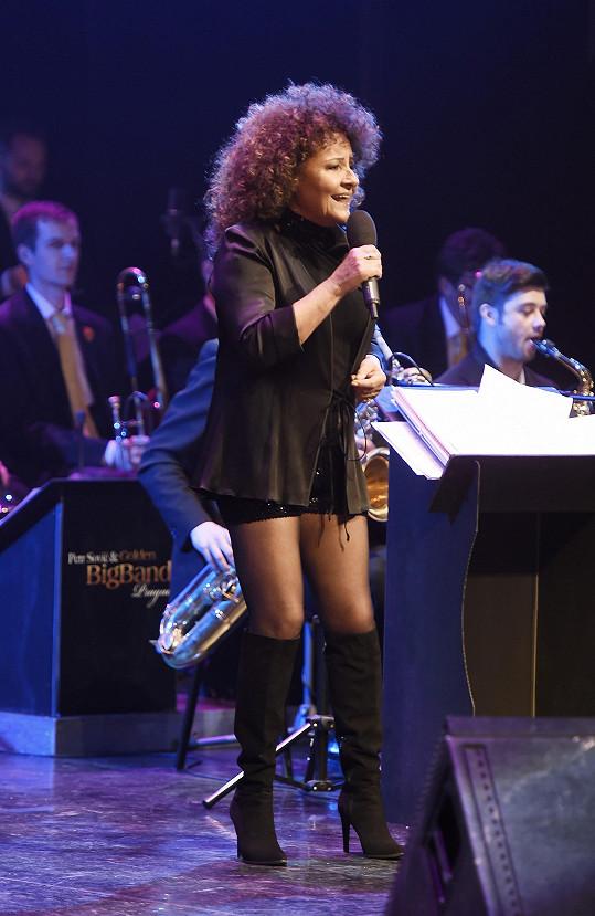Jitka Zelenková zpívala v minisukni.