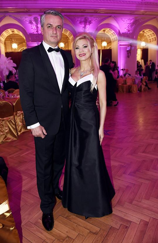 Designérka Natali Ruden na plese se svým doprovodem.