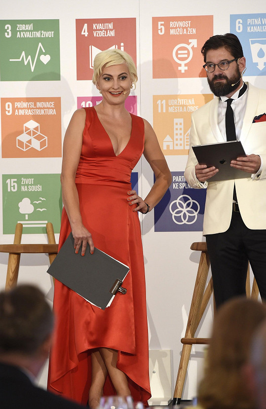 Udílení Cen SDGs 2018 moderovali Barbara Nesvadbová a Petr Šimůnek.