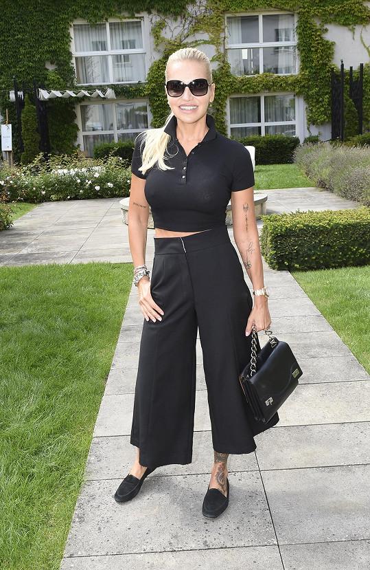 Na party časopisu Harper's Bazaar oblékla elegantní černou.