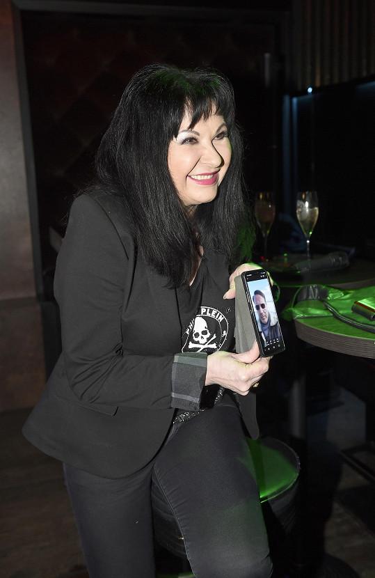 Dáda je denně v kontaktu se svým italským přítelem Vitem, s jehož fotkou v mobilu zapózovala.