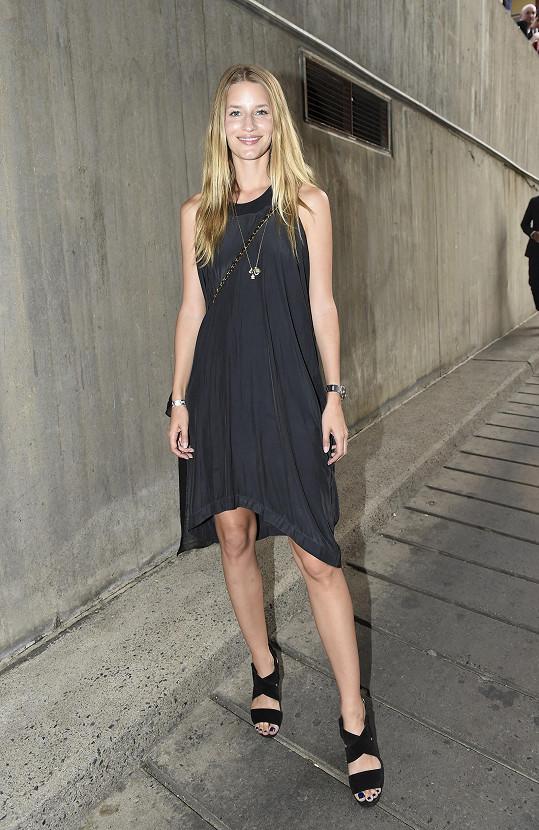 Linda Vojtová se zúčastnila pražského týdne módy a fotila také pro českou Elle.