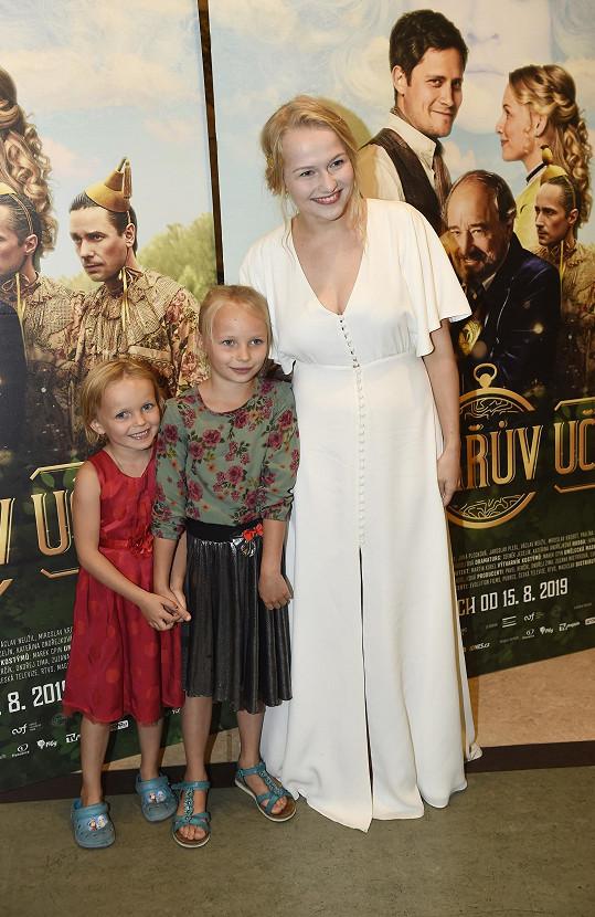 Dana Droppová s dcerami kameramana pohádky Ferdy Mazurka. Starší Líza Mazurková si zahrála v pohádce její mladší verzi.